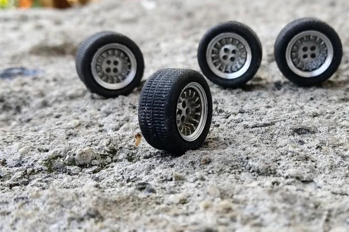 4 roues complètes - Jantes ø9.50 mm + insert + pneus - Ech. 1:43